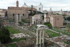 El Foro Romano desde el Capitolio. En primer término las columnas del Templo de Cástor y Pólux. Detrás la Basílica Julia. Al fondo de derecha a izquierda: la Curia, el Arco de Septimio Severo, la Columna de Focas, el Templo de Saturno y el Templo de Vespasiano y Tito.