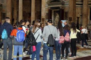 En el interior del Panteón, atendiendo (casi todos) las explicaciones de los profesores.