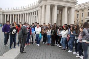 El grupo escucha ¿atento? las explicaciones del profesor ante la columnata de Bernini en la Plaza de San Pedro del Vaticano.