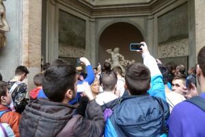 Después de visitar los Museos Vaticanos (aquí fotografiando el grupo escultórico del Laocoonte) caminamos por la Plaza de San Pedro.