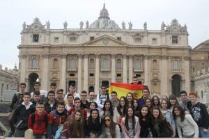 El grupo de 36 alumnos ante la facha de la Basílica de San Pedro.