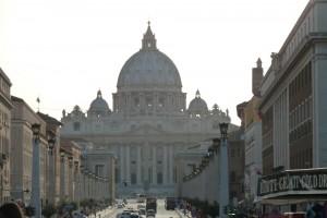 La Basílica de San Pedro desde la Via della Conciliazione. Desde este punto de contempla mejor la cúpula de Miguel Ángel.