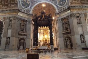 El Baldaquino de Bernini en el interior de la Basílica de San Pedro.