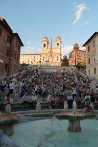Piazza di Spagna. En primer término la Fontana della Barcaccia de Pietro Bernini. Detrás la escalinata que conduce a la iglesia de Trinità dei Monti.