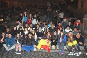 El grupo en la Plaza de España con la bandera de ídem.